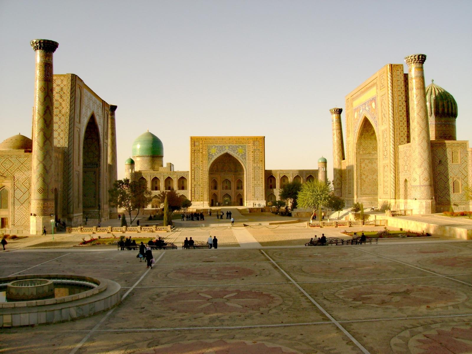 FOTO-NR.-6-Samarcanda-la-maestosa-Piazza-Registan